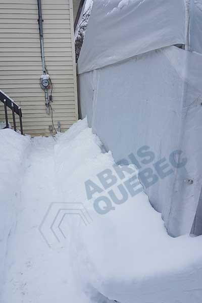 Remblai de neige afin de condamner les portes à l'arrière d'un abri.